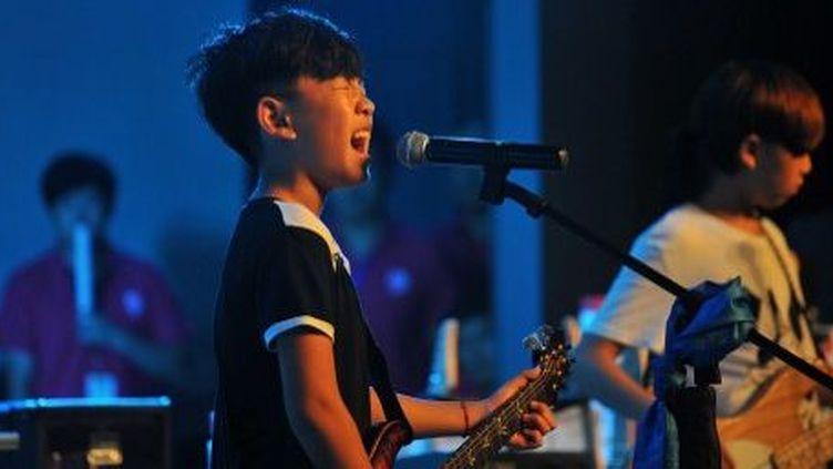 Des enfants d'à peine 8 ans participaient au concours de musique rock de Tianjin en Chine (AFP/Tom Hancock)