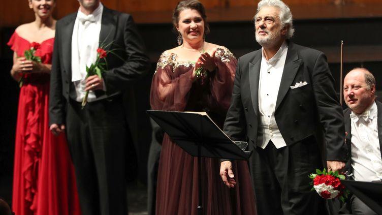 """Le chanteur d'Opéra Placido Domingo (à droite) lors du final de """"Luisa Miller"""" au festival de Salzburg le 25 août 2019, à Salzburg en Autriche (FRANZ NEUMAYR / APA)"""