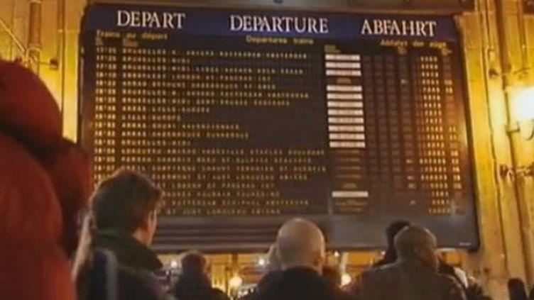 Passagers sont bloqués à la Gare du Nord à Paris lundi 5 mars 2012 (FRANCE 2)