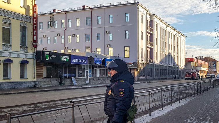 Un policier devant les locaux du FSB àArkhangelsk (Russie), le 31 octobre 2018. (MICHAIL SHISHOV / AFP)