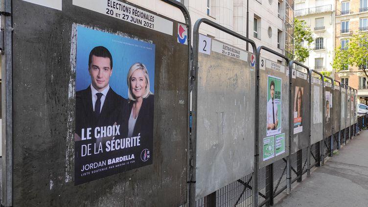 Des panneaux électoraux pour les élections régionales des 20 et 27 juin 2021, à Paris. (RICCARDO MILANI / HANS LUCAS / AFP)