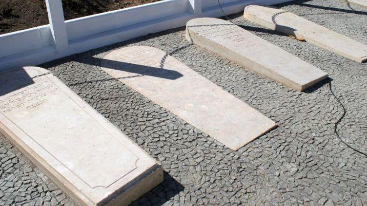 Des tombes juives lors de leur inauguration après restauration, le 2 mai 2013, dans le cimetière de Praia, la capitale du Cap-Vert. (AFP PHOTO/STR)