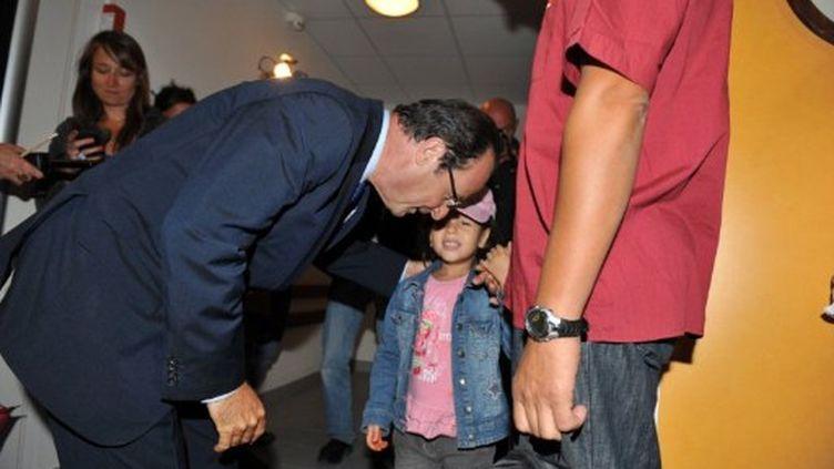 François Hollande discutant avec un élève lors d'une visite dans une école le 5 septembre à Tours (AFP - ALAIN JOCARD)