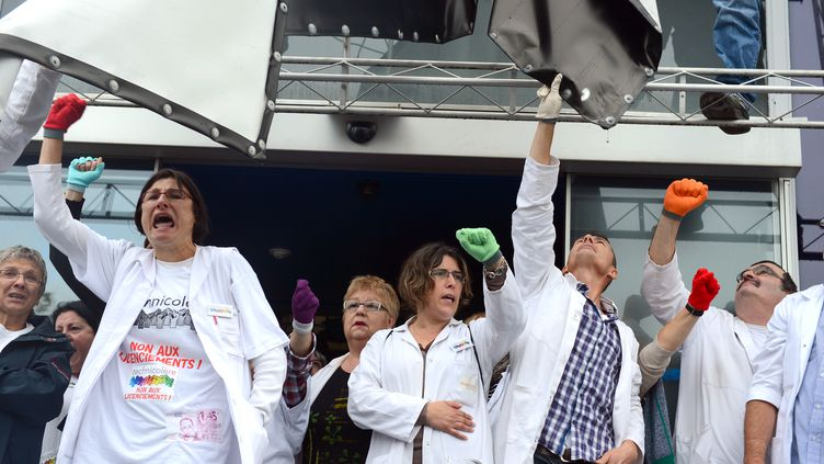 Des salariés de Technicolor devant leur usine d'Angers (Maine-et-Loire), le 11 octobre 2012. (ALAIN JOCARD / AFP)