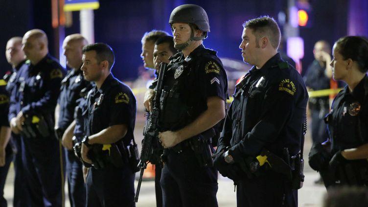 Des policiers de Dallas se tiennent en ligne, près du lieu de la fusillade qui a coûté la vie à 5 policiers, le 8 juillet 2016. (LM OTERO / AP / SIPA)
