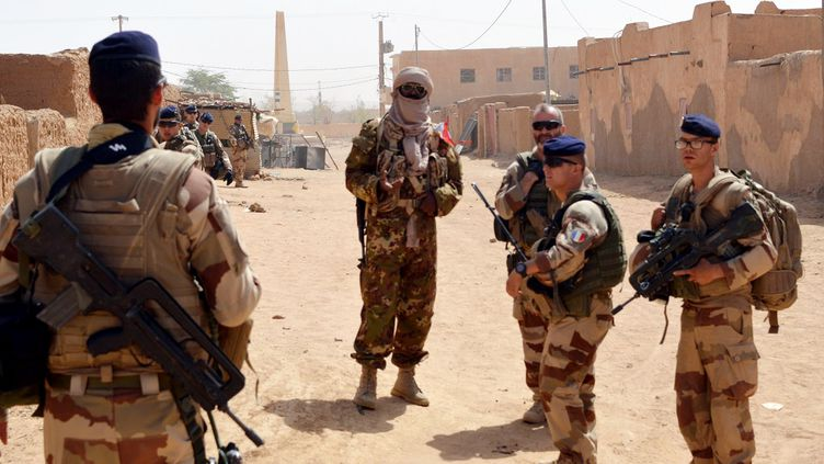 Des militaires de l'opération Barkhane patrouillent dans le nord du Mali, le 25 octobre 2016. (STRINGER / AFP)