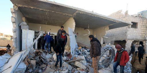 Des habitants de Turmanin (nord-ouest de la Syrie, à la frontière avec la Turquie) observent les conséquences d'un raid aérien présenté comme russe, le 25 janvier 2016. (REUTERS - Ammar Abdullah)