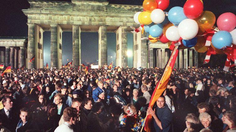 La foule se presse porte de Brandebourg, pour l'anniversaire de la réunification allemande, le 2 octobre 1990. (/MAXPPP / NULL /MAXPPP)