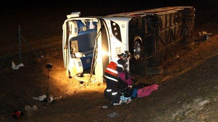 Le car de passagers britanniques, qui s'est renversé le 19 février, transportait au total 47 personnes. (FRANCOIS NASCIMBENI / AFP)