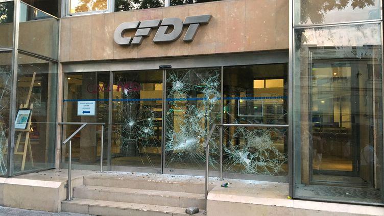 La façade du siège de la CFDT à Paris a été saccagé, le23 juin 2016. (FRANCESCO FONTEMAGGI / AFP)