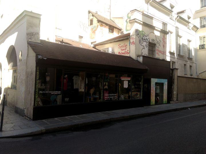 L'une des deux anciennes boutiques Tecktonik de la capitale, dans le Marais, est aujourd'hui reconvertie en magasin detextiles personnalisés. (ALEXIS MAGNAVAL)