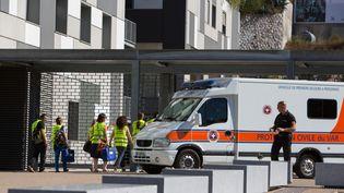Devant l'hôpital Pasteur, à Nice (Alpes-Maritimes), le 16 juillet 2016. (IRINA KALASHNIKOVA / SPUTNIK / AFP)