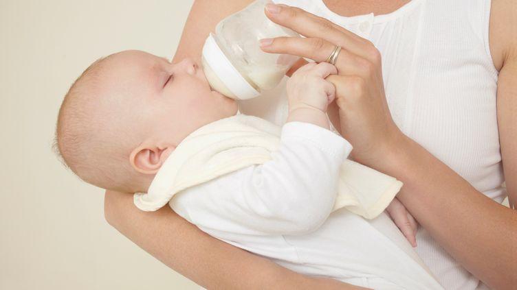Selon l'Agence nationale de sécurité sanitaire de l'alimentation, les enfants de moins d'un an ne doivent pas être nourris avec des boissons végétales ou des laits d'origine non bovine. (EMMA KIM / IMAGE SOURCE / AFP)