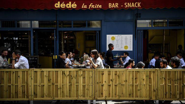 Une terrasse parisienne, le 23 juillet 2020. (CHRISTOPHE ARCHAMBAULT / AFP)