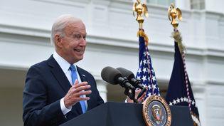 Joe Biden, le 13 mai 2021, annonce aux Américains que ceux qui sont vaccinés contre le Covid-19sont dispensés du port du masque. (NICHOLAS KAMM / AFP)