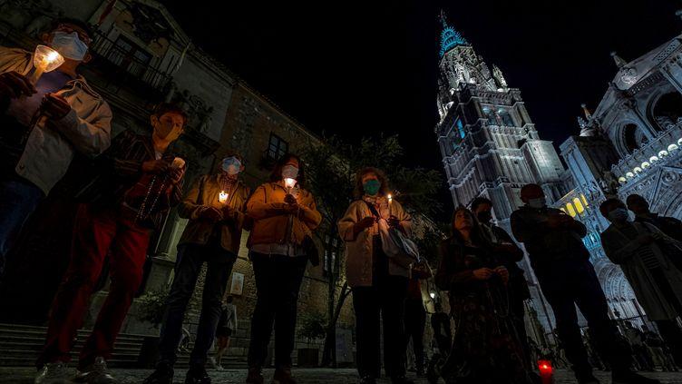 Des fidèles viennent prier devant la cathédrale de Tolède, en Espagne, dans une volonté de réparation après la vidéo tournée dans l'édifice par le rappeur C. Tangana (11 octobre 2021) (ANGELES VISDOMINE / EFE / MAXPPP)