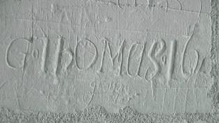 """""""G.Thomus.16..."""", l'une des nombreuses signatures qui fleurissent sur les murs de Chambord.  (France 3)"""