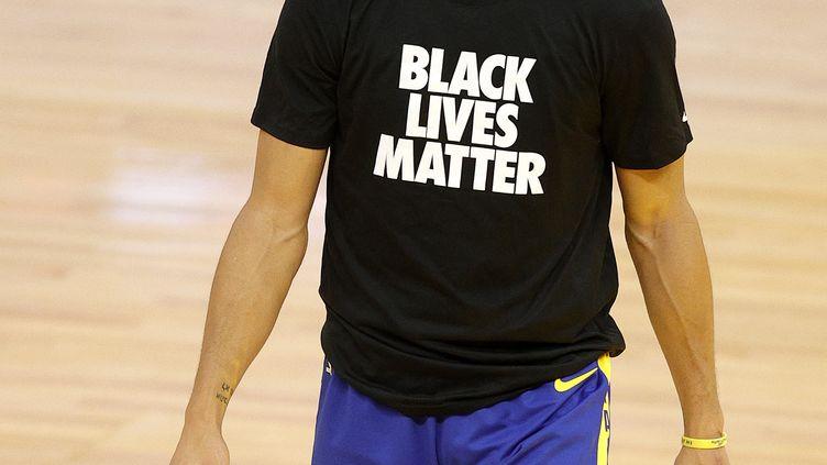 """Stephen Curry, la star de Golden State, a porté le t-shirt """"Black lives matter"""" avant le match contre les Clippers et a réagi à la prise du Capitole et au comportement de Donald Trump (EZRA SHAW / GETTY IMAGES NORTH AMERICA)"""