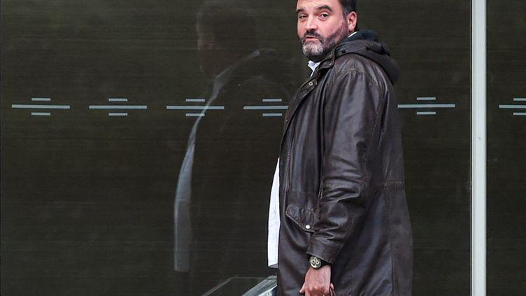 Frédéric Pechier,l'anesthésiste de Besançon soupçonné de 24 cas d'empoisonnement sur des patients, devant le palais de justice de Besançon, le 12 juin 2019 (SEBASTIEN BOZON / AFP)