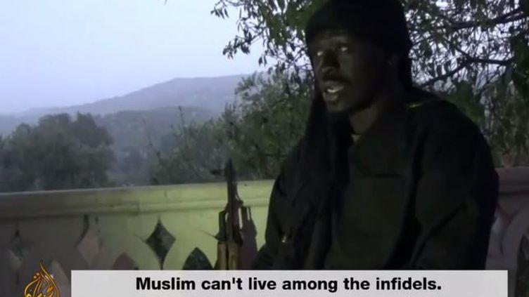 Capture d'écran d'un sujet d'Al Jazeera sur Omar Omsen, recruteur de jihadistes français. (AL JAZEERA / YOUTUBE)