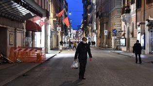 La rue del Corso désertée à Rome pour cause decoronavirus, le 10 mars 2020. Le gouvernement italien a pris des mesures de confinement très strictes pour tenter d'enrayer l'épidémie. (TIZIANA FABI / AFP)
