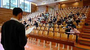 Des étudiants dans un amphithéâtre à l'université de Rennes (Ille-et-Vilaine), le 4 janvier 2021. (DAMIEN MEYER / AFP)