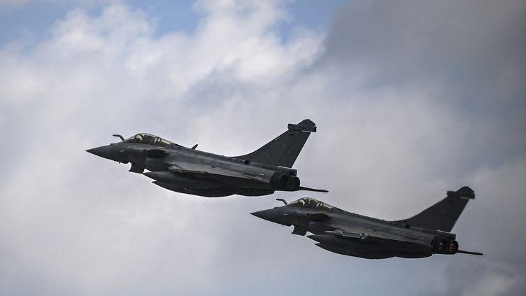 Deux avions Rafale F3-R de l'armée de l'air française décollent de l'aéroport militaire d'Andravida, dans le sud de la Grèce, le 19 avril 2021. (ARIS MESSINIS / AFP)