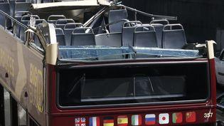 La partie supérieure d'un bus de tourisme, arrachée dans un accident à Paris, le 23 juin 2017. (GEOFFROY VAN DER HASSELT / AFP)