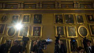 Les médias rassemblés dans la salle de la Bourse de l'Académie Nobel à Stockholm où sont annoncés chaque année les Prix Nobel  (JONATHAN NACKSTRAND / AFP)