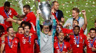 Le Bayern Munich soulève dans la joie son sixième trophée de la Ligue des champions. (MATTHEW CHILDS / AFP)