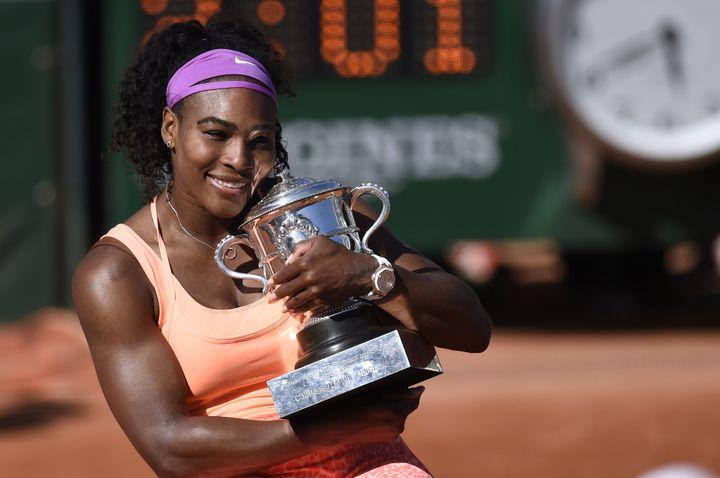 Serena Williams pose avec son trophée lors de la finale de Roland-Garros en 2015 (MIGUEL MEDINA / AFP)