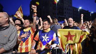 Des Catalans pro-indépendance manifestent leur joie à Barcelone (Espagne),après la clôture des bulletins de vote, dimanche 27 septembre 2015. (GERARD JULIEN / AFP)