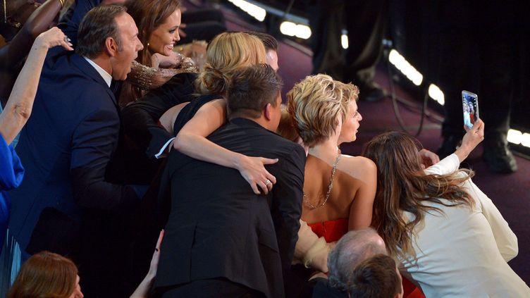 """La maîtresse de cérémonie des Oscars,Ellen DeGeneres, et plusieurs acteurs américains font un """"selfie"""" avec le nouveau Galaxy Note de Samsung, le 2 mars 2014 à Los Angeles (Californie). ( JOHN SHEARER / AP / SIPA)"""