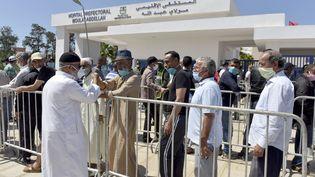 Tests au Covid-19 devant l'hôpital de Rabat, le 26 mai 2020. Le Maroc envisage la vaccination de 5 millions de personnes avec le vaccin chinois Sinopharm. (Jalal Morchidi / ANADOLU AGENCY / Anadolu Agency via AFP)