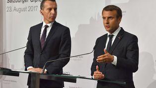 Emmanuel Macron et le Chancelierautrichien, Christian Kern (à gauche), à Salzbourg (Autriche), le 23 août2017.  (KERSTIN JOENSSON / AP / SIPA)