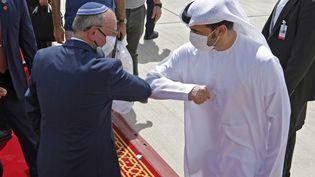 Meir Ben-Shabbat,conseiller du gouvernement sur la sécurité nationale,salue un officiel desEmirats arabes unis, le 1er septembre 2020, àAbou Dhabi. (NIR ELIAS / AFP)