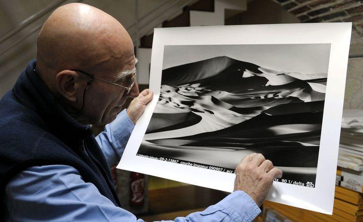 Sebastião Salgado dans son atelier à Paris (décembre 2011)  (PhotoPQR / L'Est républicain / MAXPPP)