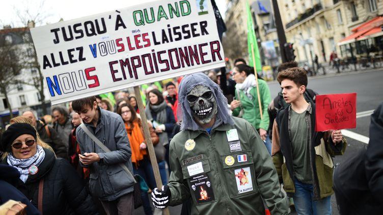 Une manifestation contre les pesticides, le 26 mars 2016, à Paris. (STEPHANE DE SAKUTIN / AFP)