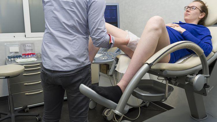 Une femme a,en moyenne, 50 consultations gynécologiques et obstétricales au cours de sa vie. (photo d'illustration) (A. NOOR / AFP)