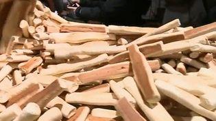 À Marseille (Bouches-du-Rhône), c'est la tradition des navettes pour la Chandeleur, qui a lieu ce jeudi 2 février. C'est un petit biscuit parfumé à la fleur d'oranger. (France 2)