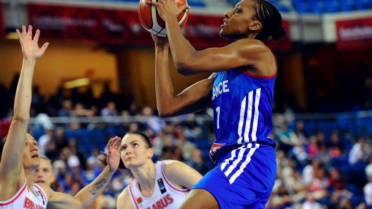 Sandrine Gruda sera encore l'arme offensive n°1 des Bleues face aux Russes (ATTILA KISBENEDEK / AFP)