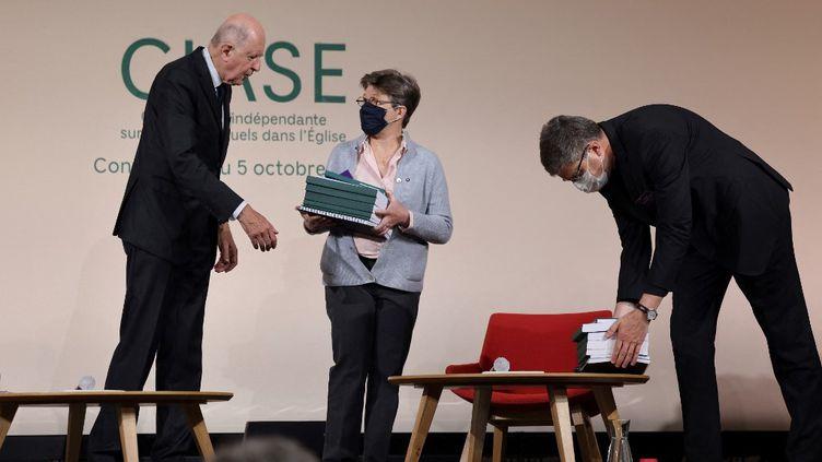 Jean-Marc Sauvé remet le rapport de la CIase à Véronique Margron, présidente de la Corref, et Eric de Moulins-Beaufort, président de la CEF, mardi 5 octobre 2021 à Paris. (THOMAS COEX VIA AFP)