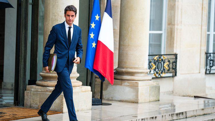 Le porte-parole du gouvernement, Gabriel Attal, quitte l'Elysée à Paris, le 15 septembre 2021. (XOSE BOUZAS / HANS LUCAS / AFP)