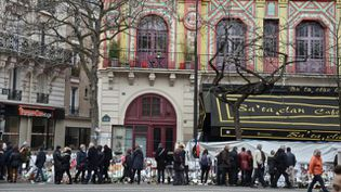 Des personnes se recueillent devant le Bataclan à Paris, le 13 décembre 2015, un mois après les attentats. (HRISTO RUSEV / NURPHOTO / AFP)