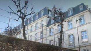 Le directeur d'un prestigieux lycée privé du 16e arrondissement de Paris, Daniel Chapellier, a été accusé par un lycéen d'agression sexuelle lors d'une convocation dans son bureau. Mis en examen, il nie ces accusations. (FRANCE 2)