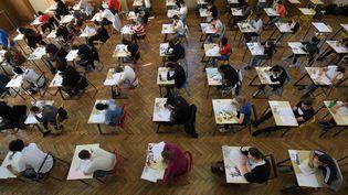 Des lycéens passent l'épreuve de philosophie, le 17 juin 2019, au lycée Pasteur de Strasbourg. (FREDERICK FLORIN / AFP)