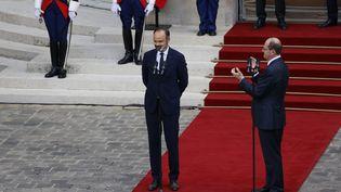 Edouard Philippe et Jean Castex sur le perron de Matignon, vendredi 3 juillet 2020, lors de la passation de pouvoirs au poste de Premier ministre. (THOMAS SAMSON / AFP)