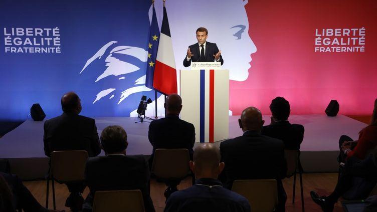 """Emmanuel Macron le 2 octobre 2020 aux Mureaux lors de son discours sur le """"séparatisme islamiste"""". (LUDOVIC MARIN / POOL)"""