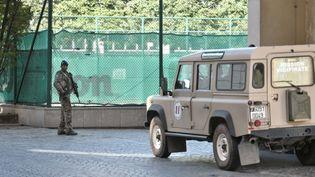 Un militaire à proximité du lieu où un véhicule a foncé sur un groupe de militaires de l'opération Sentinelle, à Levallois-Perret (Hauts-de-Seine), le 9 août 2017. (STEPHANE DE SAKUTIN / AFP)