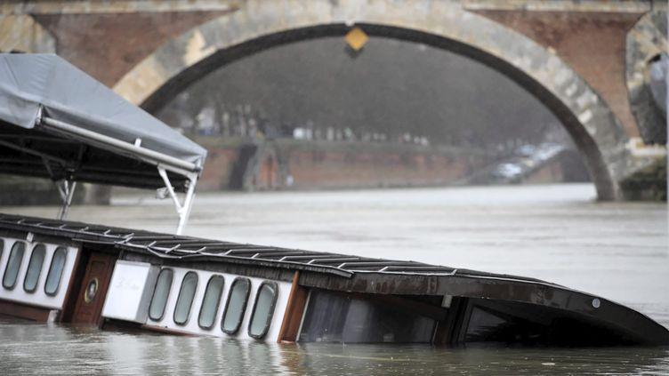 A Toulouse (Haute-Garonne),l'élévation du niveau de la Garonne menace la péniche du quai, le 24 janvier 2014. (  MAXPPP)